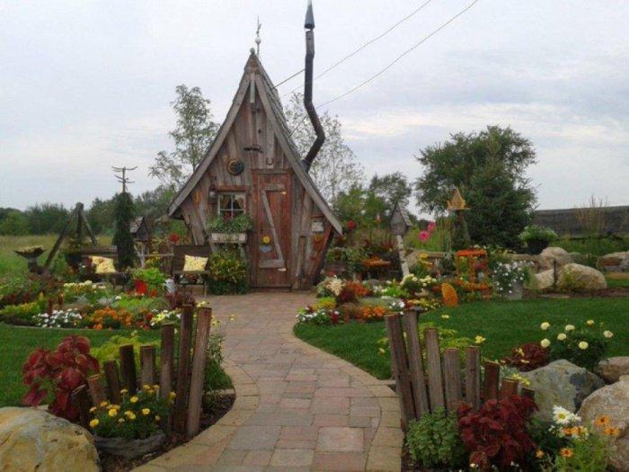il construit des petites maisons en bois atypiques qui vendent du r ve magique. Black Bedroom Furniture Sets. Home Design Ideas