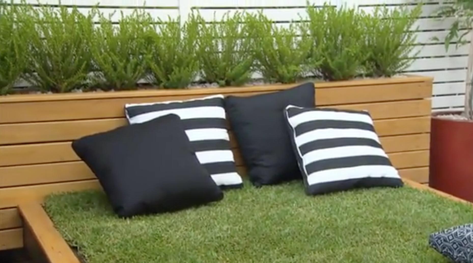 Un homme fabrique un lit avec un matelas en gazon - Matelas pour jardin ...