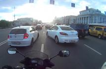 moto-coince-motard-bouchons-embouteillage-russie-cigarette-wtf