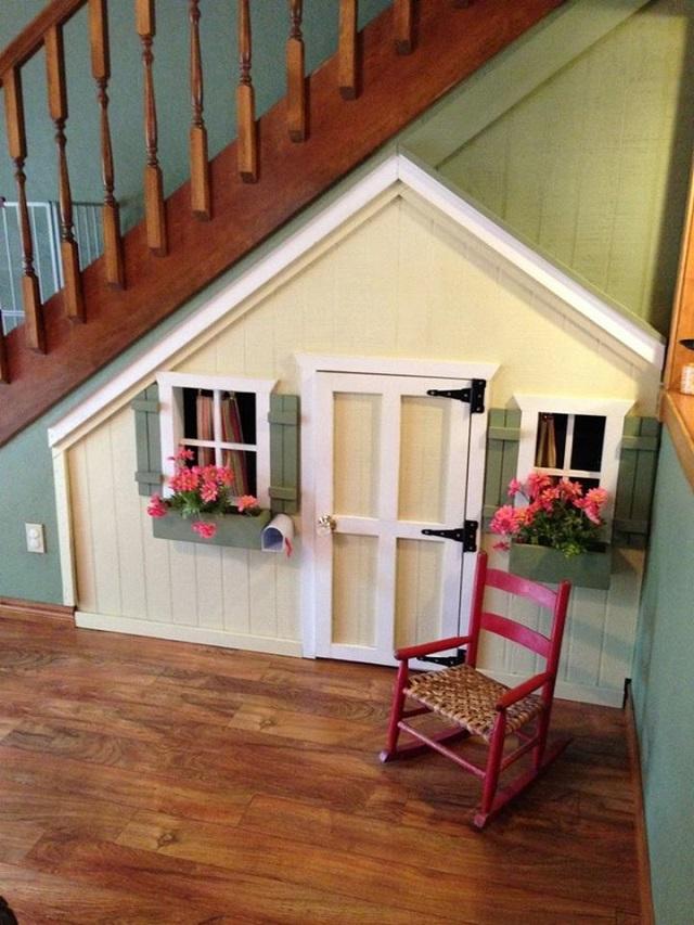 astuce d co utilisez l 39 espace sous l 39 escalier pour cr er une maisonnette pour vos enfants. Black Bedroom Furniture Sets. Home Design Ideas