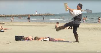 Rémi Gaillard a trouvé un trésor sur une plage de France