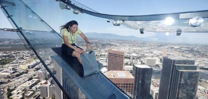 Skyslide, le toboggan transparent terrifiant qui plonge dans Los Angeles !