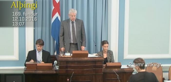 Une députée islandaise allaite son bébé au Parlement pendant qu'elle fait un discours