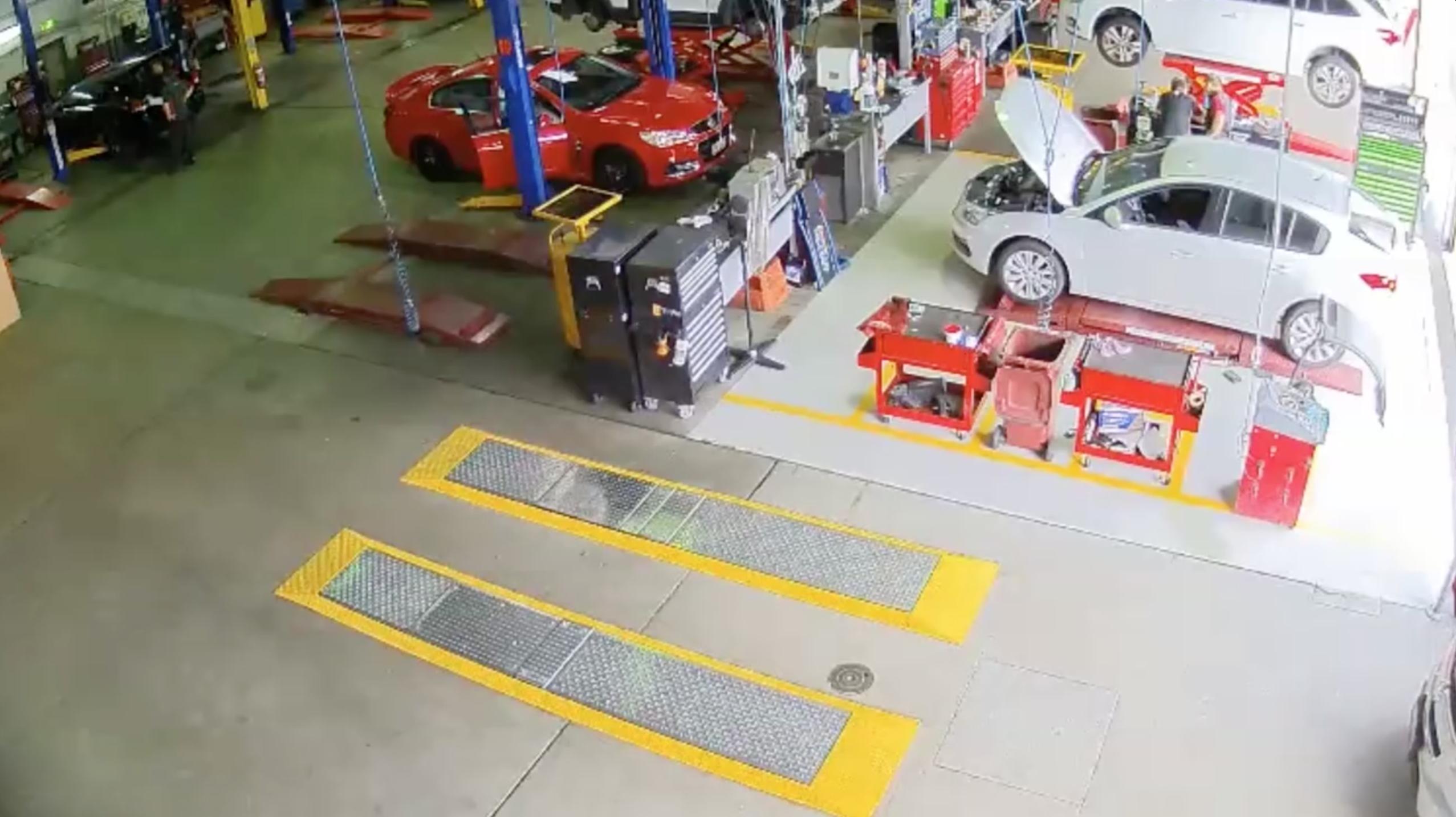 Un homme vole une voiture dans un garage automobile for Voiture dans un garage