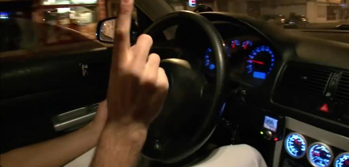 Pour impressionner sa copine, il roule à 130 km/h sur une route limitée à 30