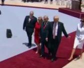 Alors en visite officielle, Melania Trump refuse que son mari ne lui prenne la main. Mais pourquoi ? (Vidéo)