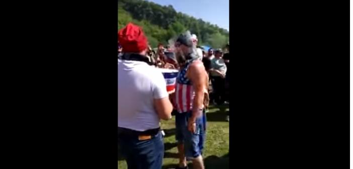 En Russie, la bière se boit… la tête dans le seau ! (Vidéo)