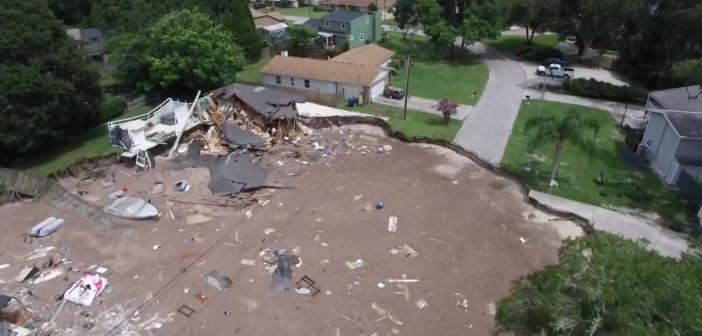 Un gigantesque trou engloutit deux maisons en Floride et effraye tout un quartier