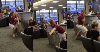 Un voyageur met de l'ambiance dans un aéroport pour passer le temps