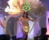 Les plumes de Miss Salvador prennent feu… Sur sa tête !