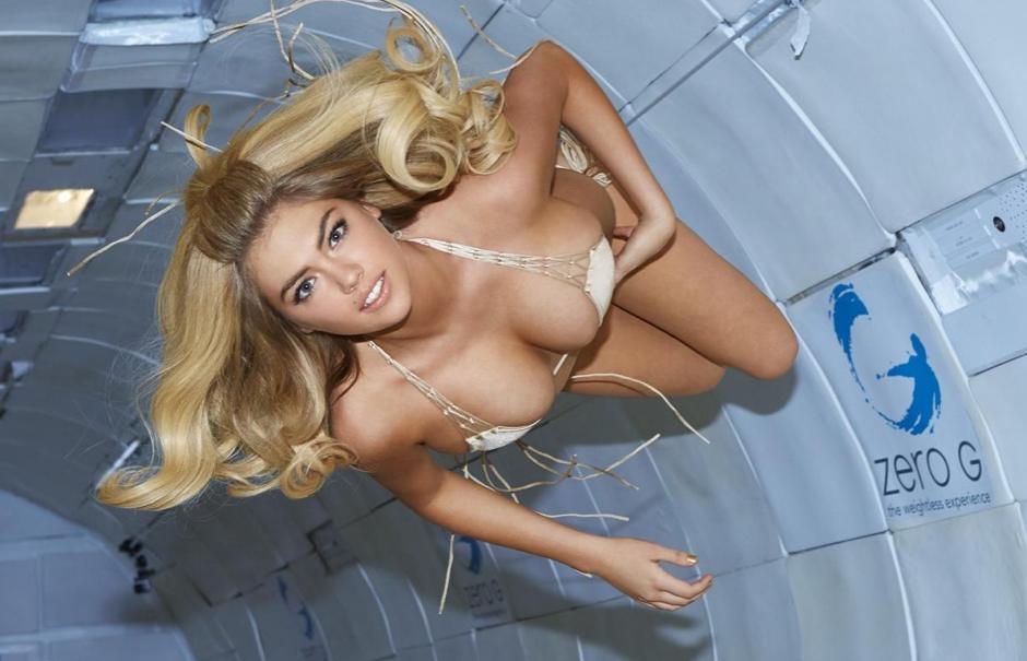 kate-upton-sexy-bikini-en-apesanteur-pour-les-50-ans-du-magazine-sports-illustrated-2