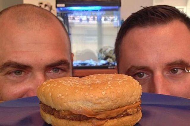 20-ans-plus-tard-ils-deballent-Cheeseburger-qu-ils-avaient-range-dans-une-boite-mac-do-donalds-experience-foodporn-fastfood-2