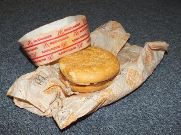 20-ans-plus-tard-ils-deballent-Cheeseburger-qu-ils-avaient-range-dans-une-boite-mac-do-donalds-experience-foodporn-fastfood-5