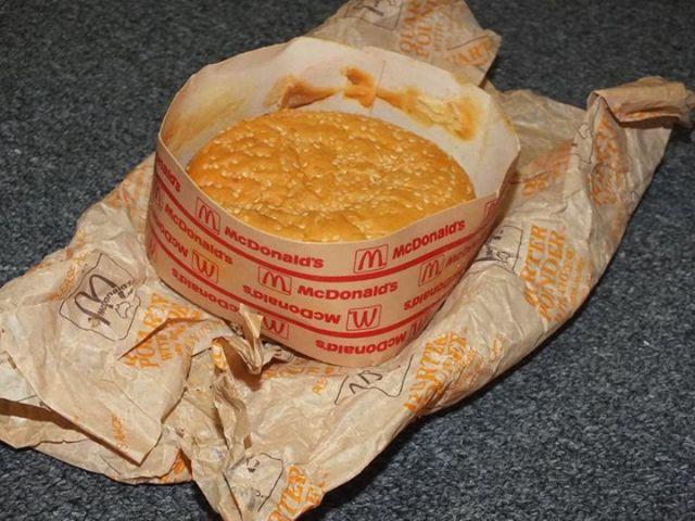 20-ans-plus-tard-ils-deballent-Cheeseburger-qu-ils-avaient-range-dans-une-boite-mac-do-donalds-experience-foodporn-fastfood-6