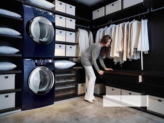 Un dressing room avec les machines à laver  intégrées