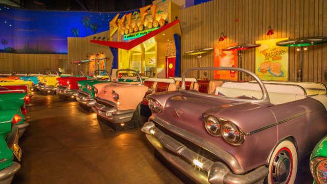 Un restaurant insolite o l 39 on regarde de vieux films et on mange dans des voitures - Cuisine insolite ...