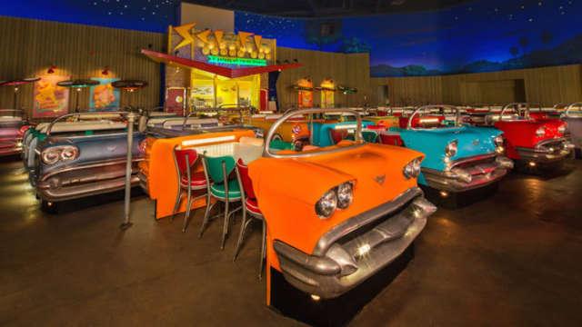 Un restaurant insolite où l on regarde de vieux films et