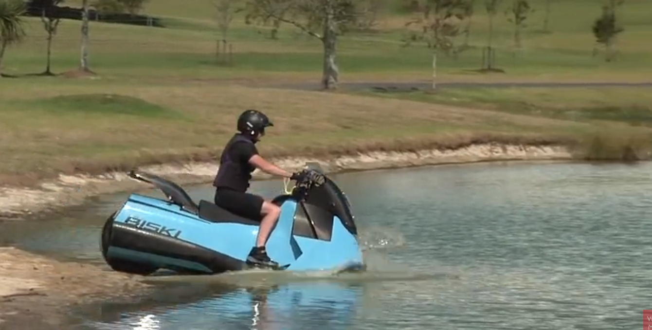 insolite d couvrez cette moto qui se transforme en jet ski. Black Bedroom Furniture Sets. Home Design Ideas