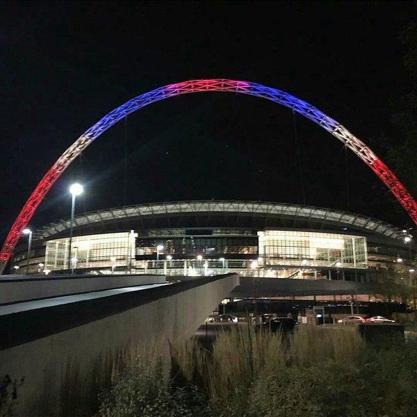 tour-CN-toronto-couleurs-france-hommage-paris-attentats