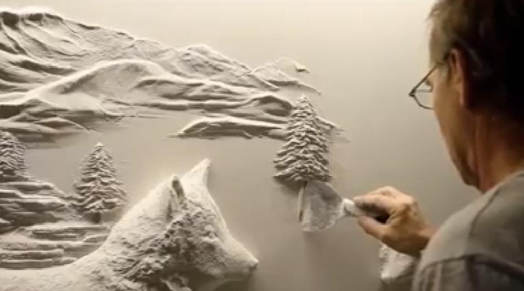 il ralise une dcoration murale magnifique avec du pltre