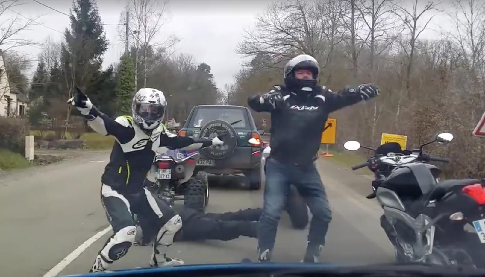 Deux motards d lirent et dansent en attendant un feu - Image drole de motard ...