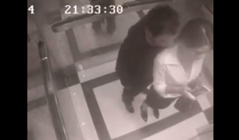 un homme harcèle une femme dans un ascenseur mais va le regretter