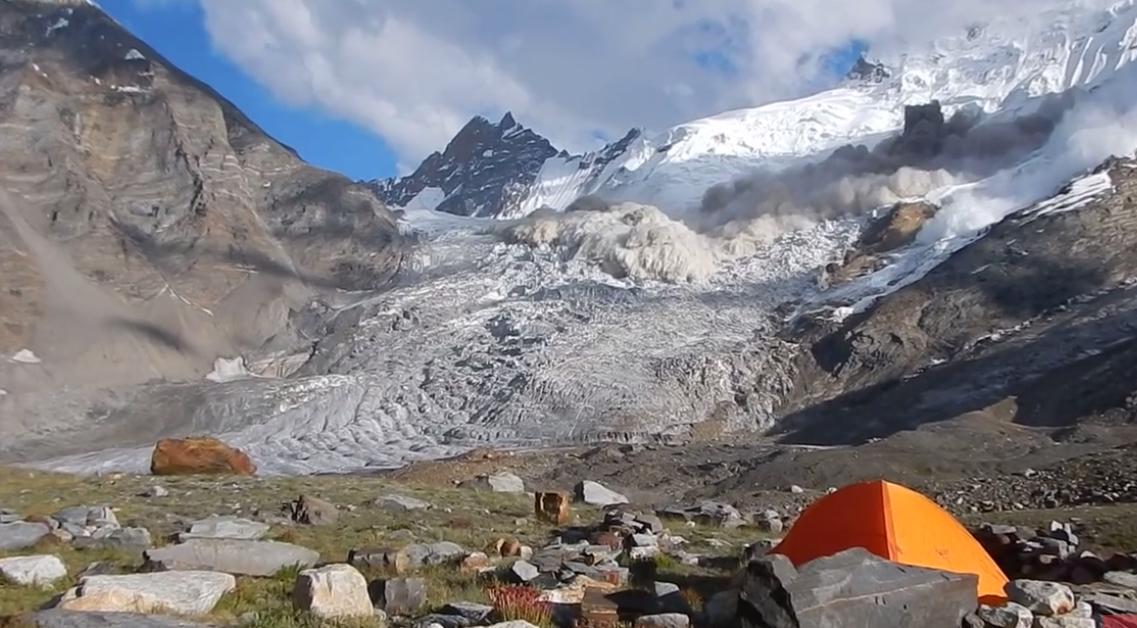 avalanche en himalaya à zanskar