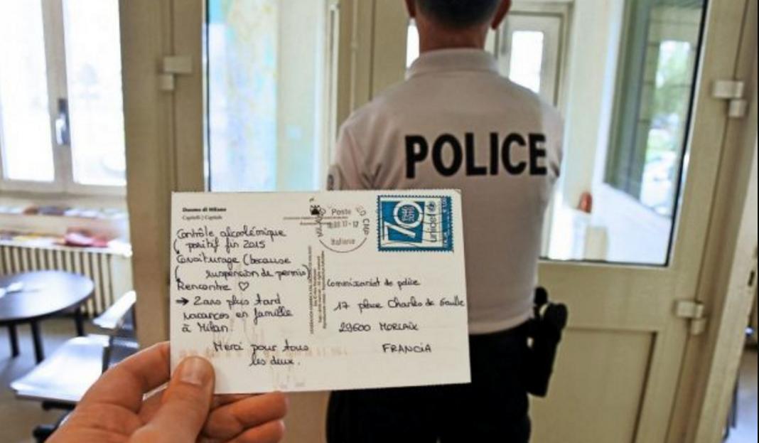 Elle envoie une carte postale aux policiers pour les remercier de lui avoir retiré son permis