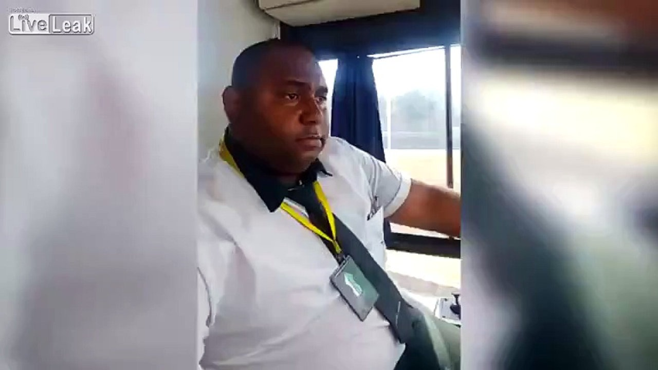 Ce-chauffeur-de-bus-pend-des-selfies-en-conduisant-et-c-est-tout-a-fait-normal
