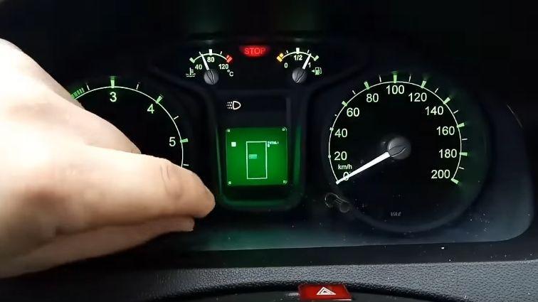 Au-volant-de-sa-voiture-il-joue-a-Tetris-sur-le-tableau-de-bord