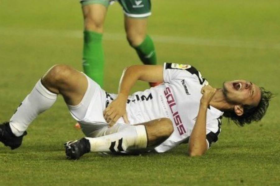 Football-il-se-prend-10-points-de-suture-apres-avoir-pris-un-coup-dans-les-parties