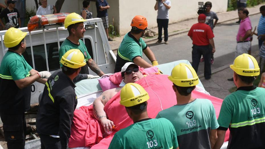 Argentine-ils-abattent-un-mur-afin-de-permettre-l-hospitalisation-d-une-femme-de-490-kilos