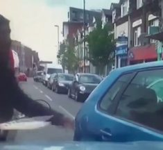 Un cycliste furieux sort un énorme couteau pour se venger d'un automobiliste