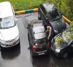 Un papi se fait coincer sa voiture sur un parking et assure comme un boss