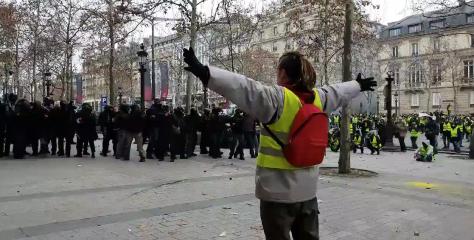 Paris : Un Gilet Jaune avec les bras levés reçoit un tir de flash ball dans le ventre