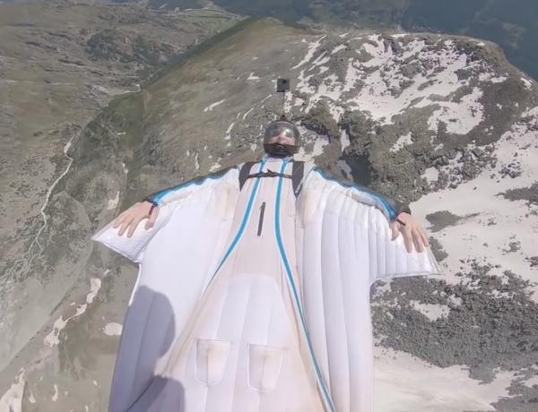 Brendan Weinstein réalise un vol en wingsuit sans regarder le sol en Suisse