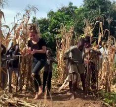 Une fille fait une belle battle de danse avec un enfant ougandais !