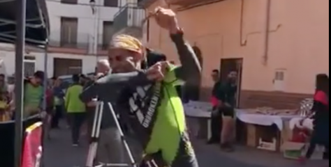 Pour fêter sa victoire, un homme fait l'erreur de monter sur un lampadaire