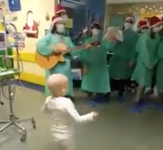 La joie d'un bébé hospitalisé quand il entend un chant de Noël