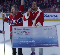 Un supporter réussit un tir incroyable au hockey et remporte un chèque de 50 000$