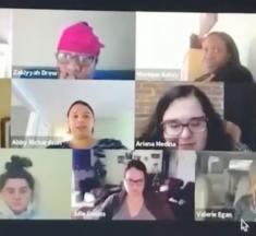 Une femme va aux toilettes pendant une vidéoconférence avec ses collègues