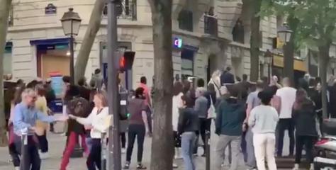 Les images incroyables de parisiens se rassemblant pour danser dans la rue en plein confinement